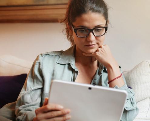 Vrouw vult vragenlijst DIVA-5 in op tablet