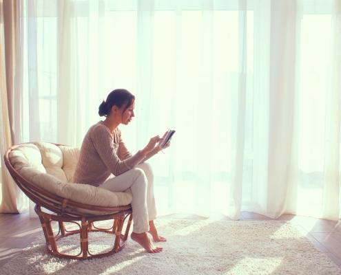 Vrouw vult vragenlijst EDE-Q 6.0 in op smartphone
