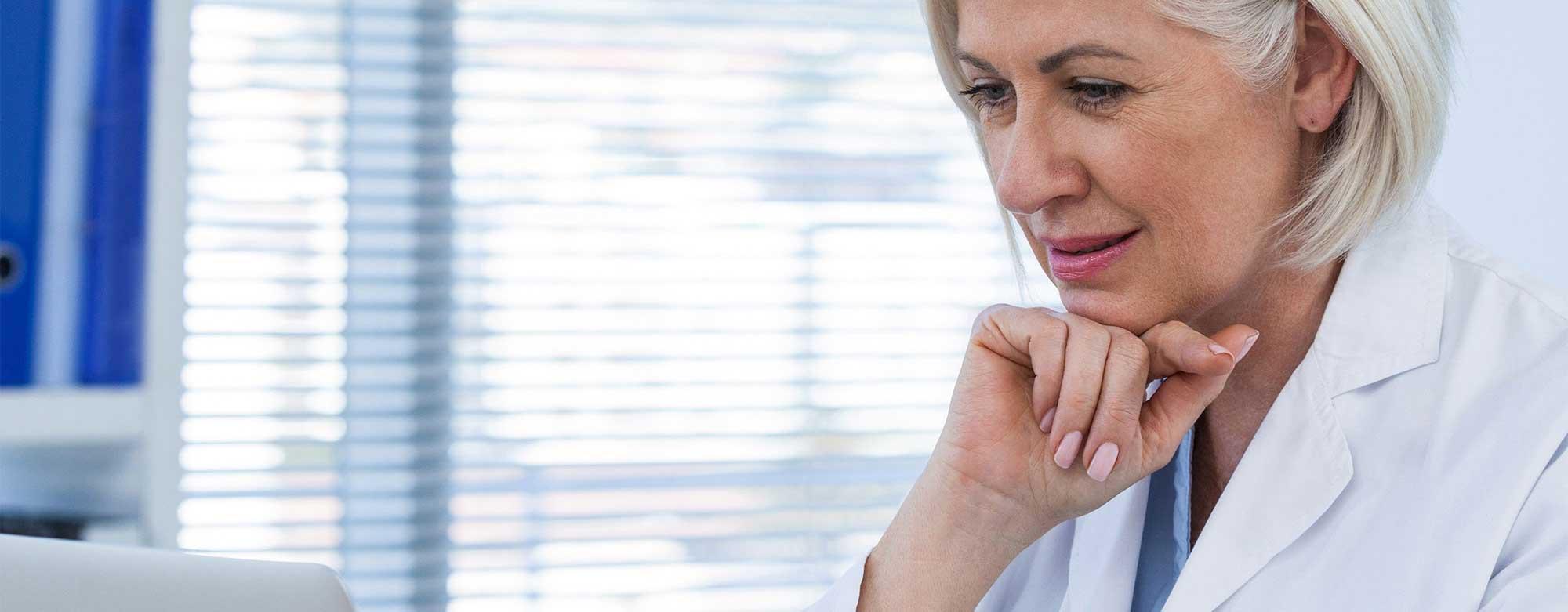Medisch specialist bekijkt resultaten PROMs
